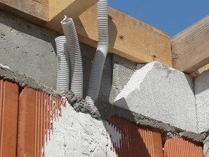 Polisztirol koszorú hőszigetelő elem használata falazáskor