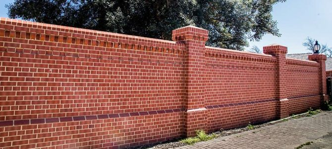 Bontott tégla kerítés